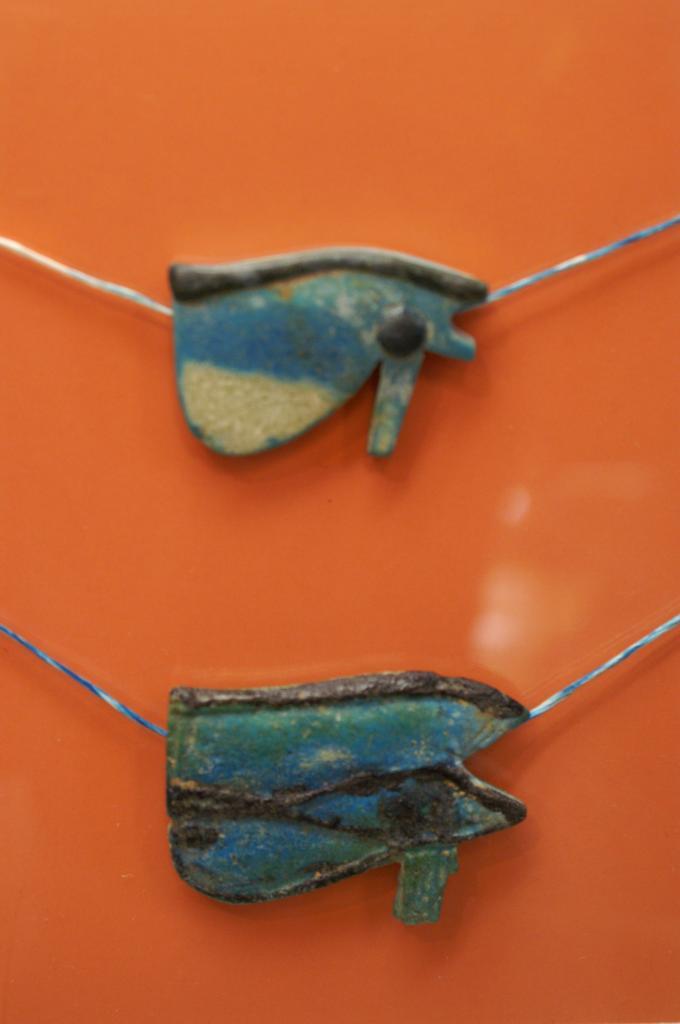 Deux amulettes représentant l'œil oudjat - 3ème Période Intermédiaire