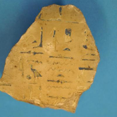 Bloc de calcite avec inscription hiéroglyphique - Nouvel Empire (Voir la page suivante)