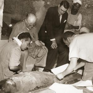 257 saqqara avec les archeologues dans la tombe de kanefer jpg 463c
