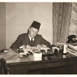 A son bureau au Caire.